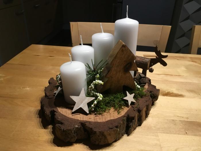 adventskranz selber machen baumscheibe asymmetrisch vier weiße kerzen holz tannenbaum hirsche sternen moos