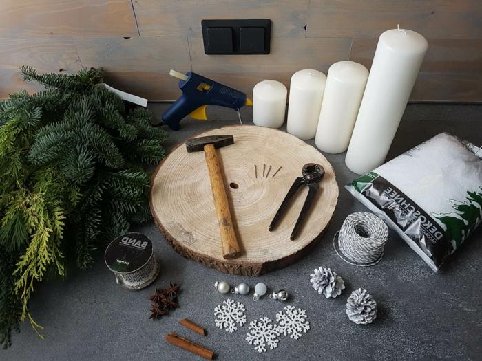 adventskranz zuhause machen anleitung sachen kerzen hammer tannenzweige deko kunstschnee