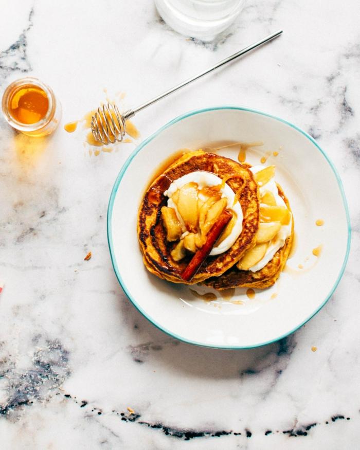 alternativen zu honig vegane pfannkuchen einfaches rezept für vegane pfannkuchen mit mandelmilch weißer teller
