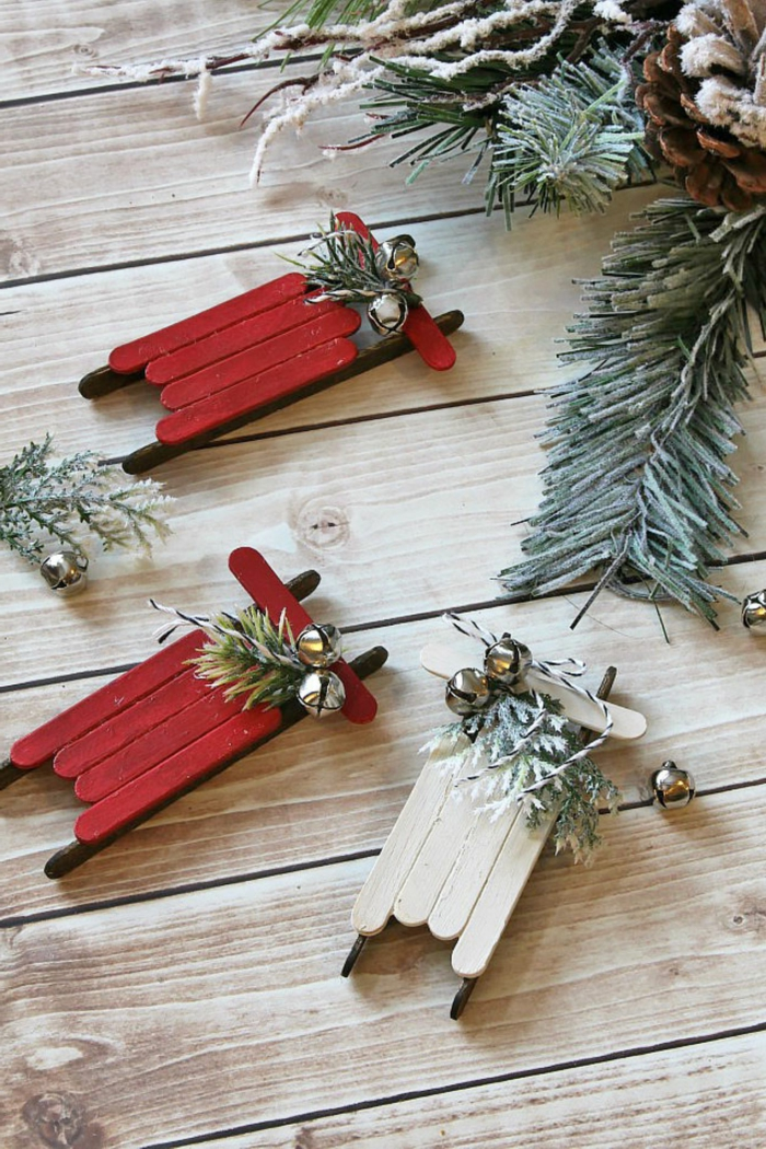 anleitung diy ornamente weihnachten rote und weiße schlitten aus eisstielen upcycling ideen weihnachtsbaum schmücken