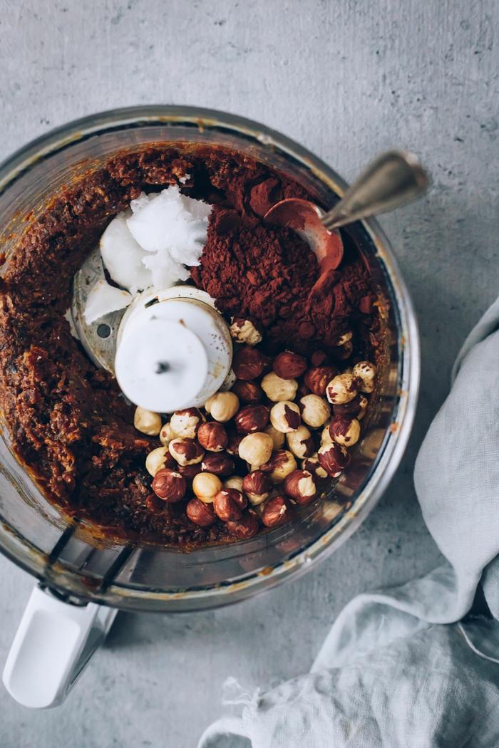 anleitung schritt für schritt ein mixer mit haselnüssen kakao und vanillezucker alternative zu nutella