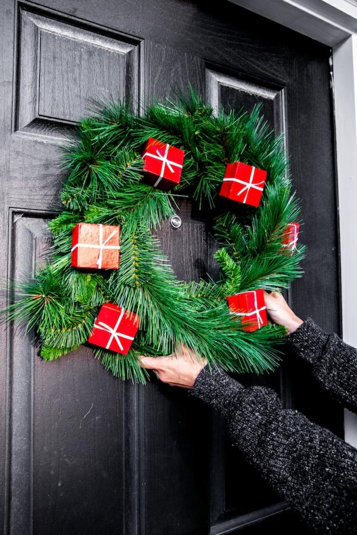 außgefallene weihnachtsdeko selber machen baseln zu weihnachten türkranz aus zweigen dekoriert mit roten geschenkboxen