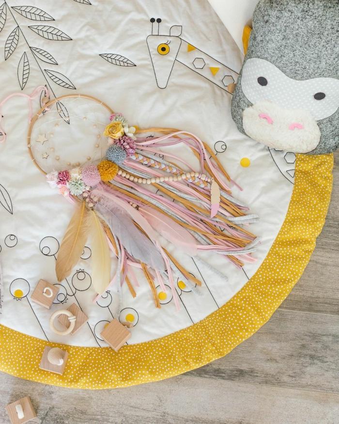 baby mädchenzimmer einrichten traumfänger selber basteln bunte farben kreative diy ideen inspiration kinderzimmer dekoration selber machen