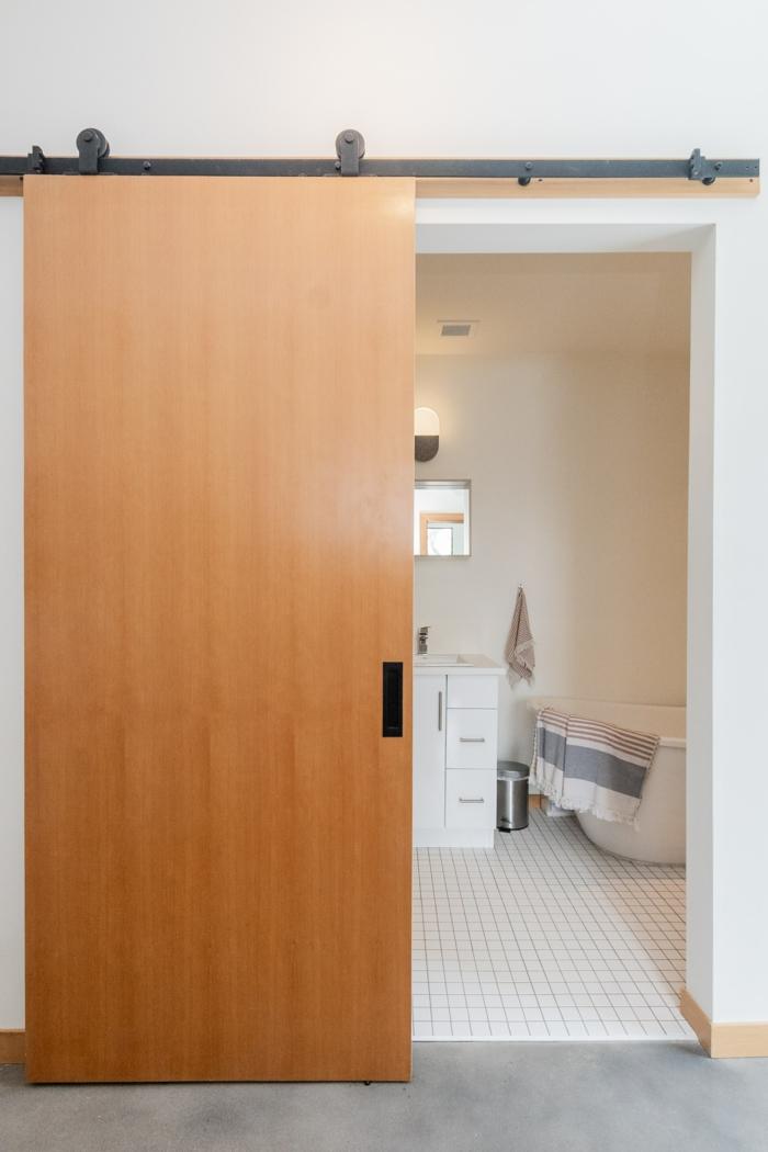 badezimmer einrichten inspiration schiebetür holz kaufen schiebetüren modelle weiße bodenfliesen