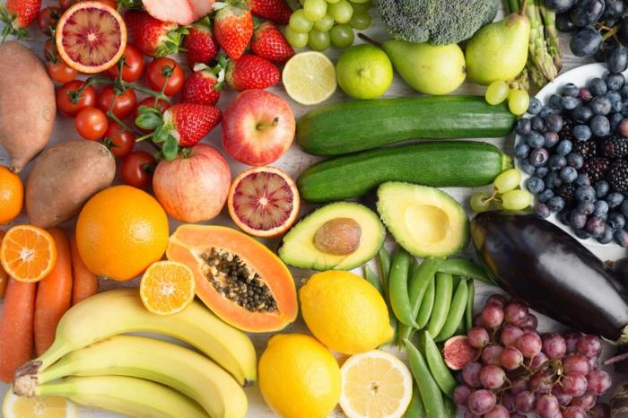 bannanen und avocado viele erdbeeren und zitronen obst das das das immunsystem stärkt