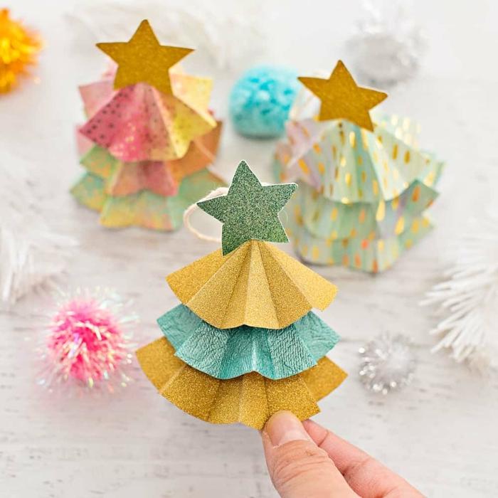 bastelideen bunte weihnachtsbäume aus cupcake formen mit stern deko tannenbaum schmücken