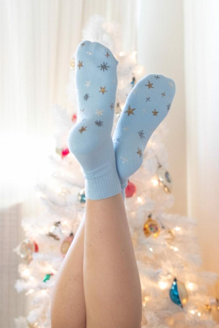 bastelideen für weihanchten last minute geschenke für frauen weihanchtsgeschenk blaue socke mit sternen dekorieren