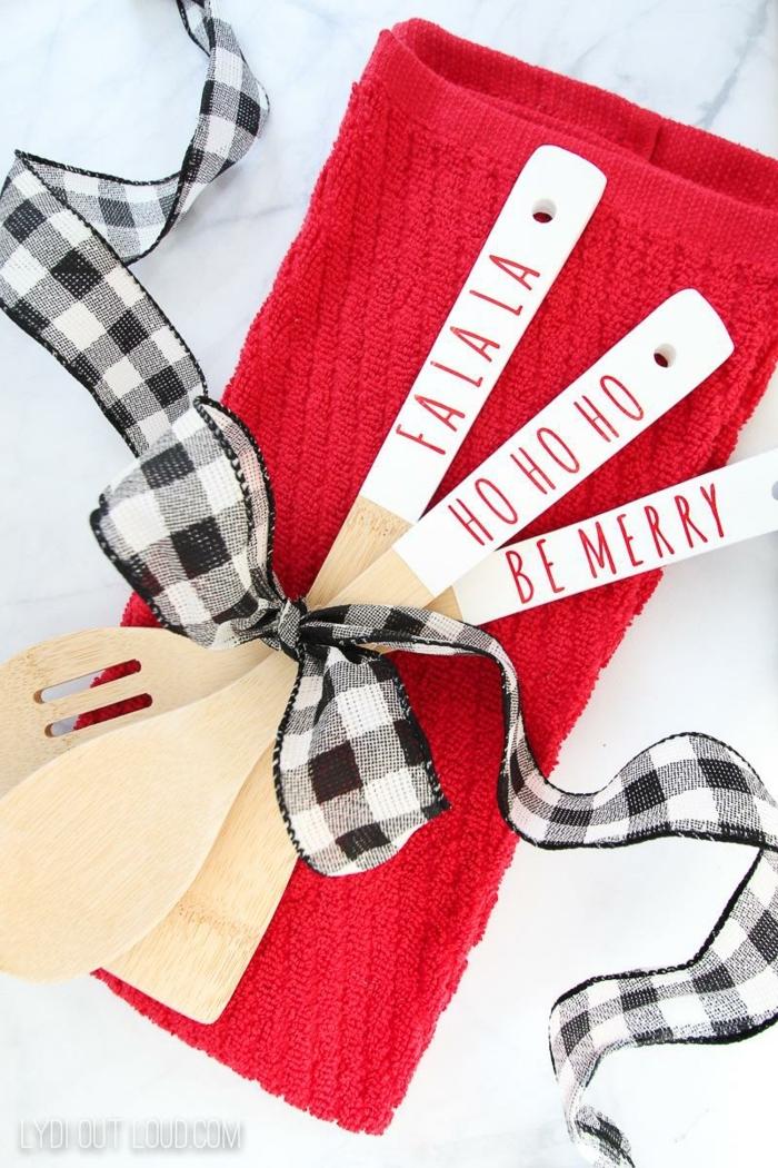 bastelideen für weihnachten zum verschenken diy geschenke weihnachtgeschenke selber machen hölzerne löffel karrierte schleife