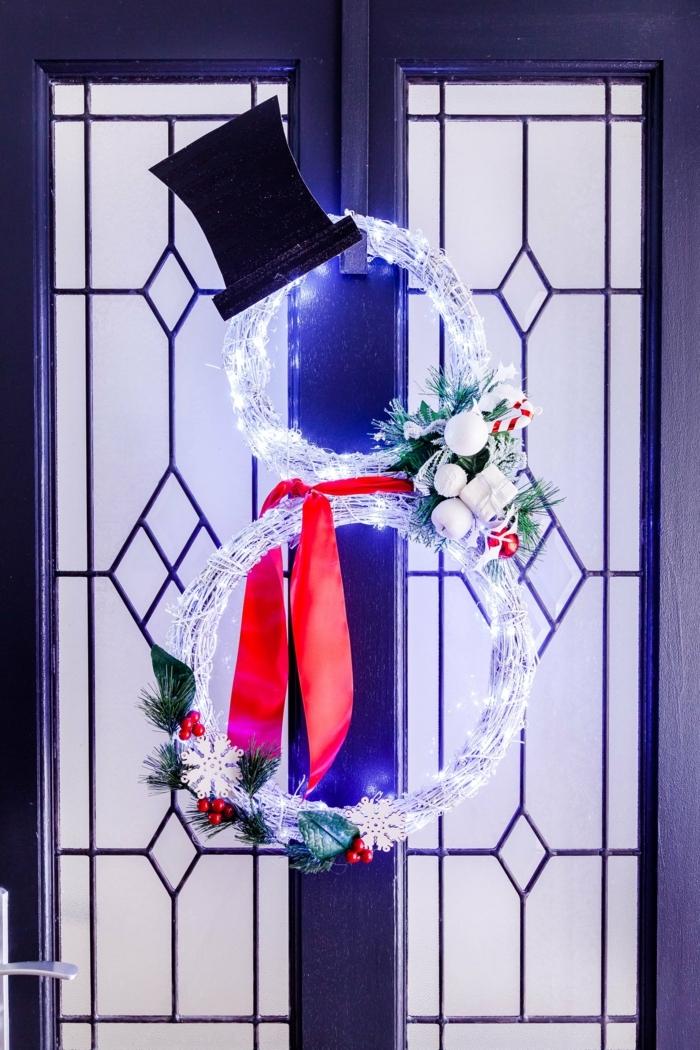 basteln für weihnachten diy bastelideen türkranz schneemann tutorial schwarzer hut lichterkette rote schleife