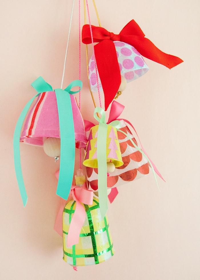 basteln weihnachten kinder weihanchtsglöckchen dekoriert mit buntem papier und großen schleifen diy deko weihnachtsdeko