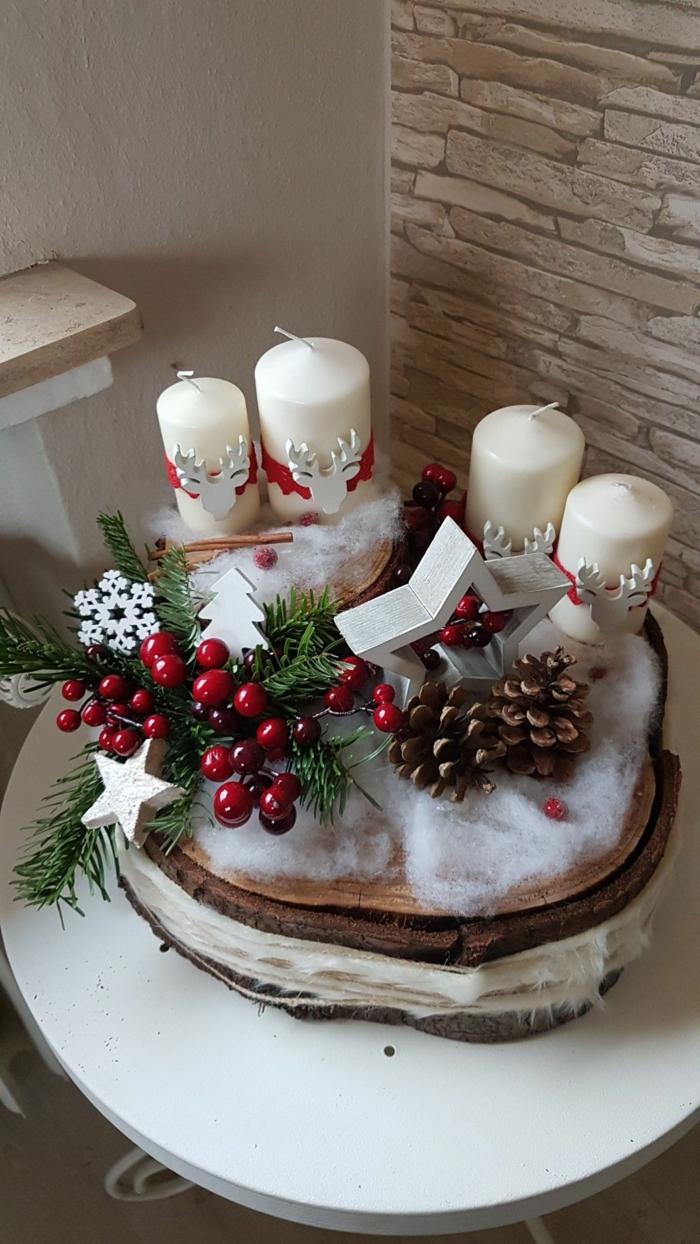 baumscheibe adventskranz selber machen vier kerzen weiß rote beeren tannenzweige zapfen kunstschnee watte sternen