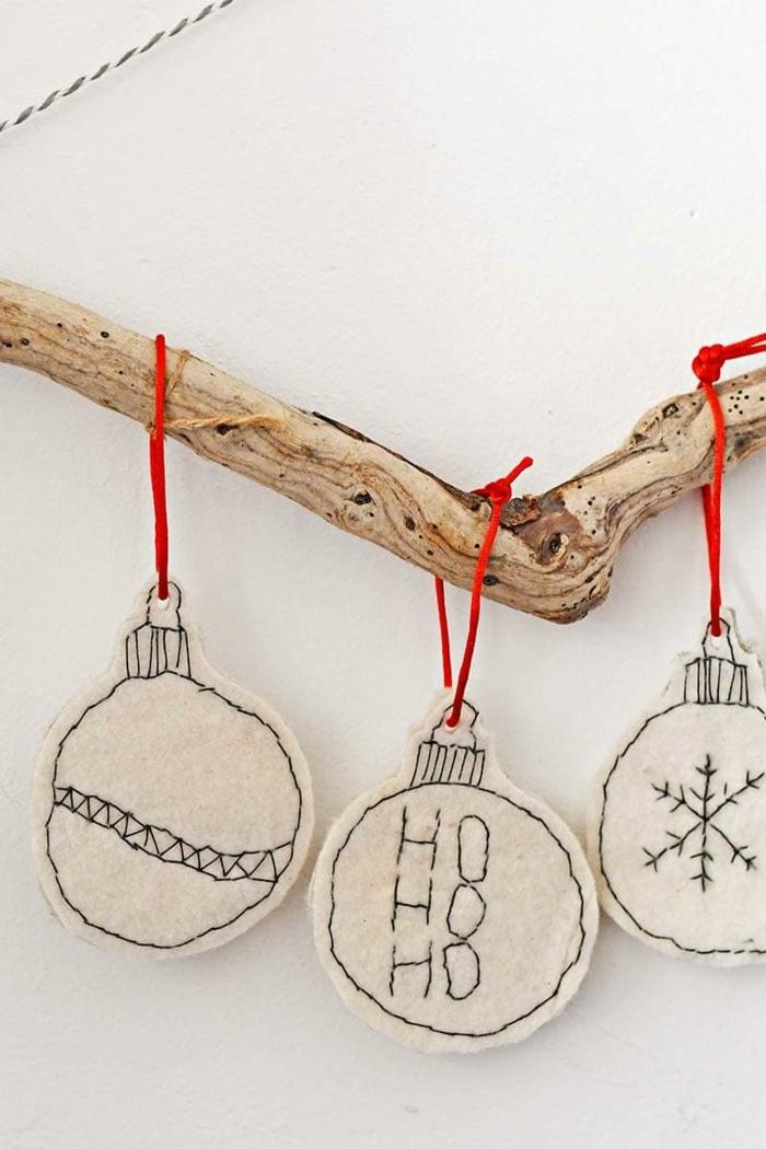 baumzweig mit aufgehängten runden ornamenten weihnachtsbaum ideen minimalistische weihnachtsdeko selber machen ideen