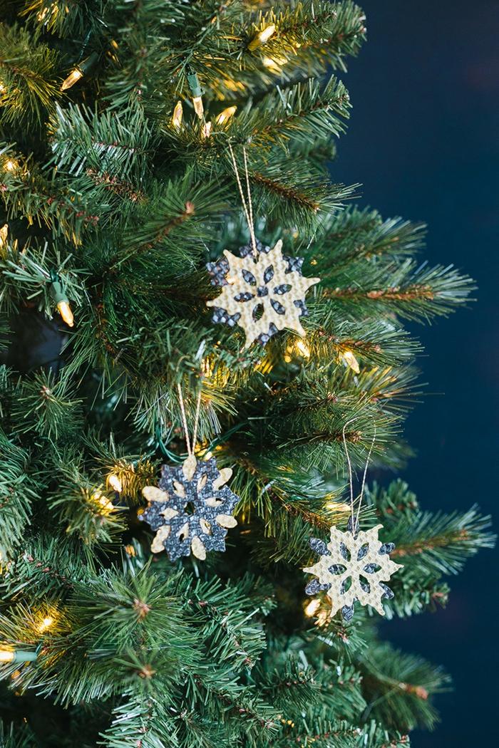 bienenwachs schneeflocken ornament diy weihnachtsbaum schmücken ideen modern minimalistisch tannenbaum dekoriert mit lichtern