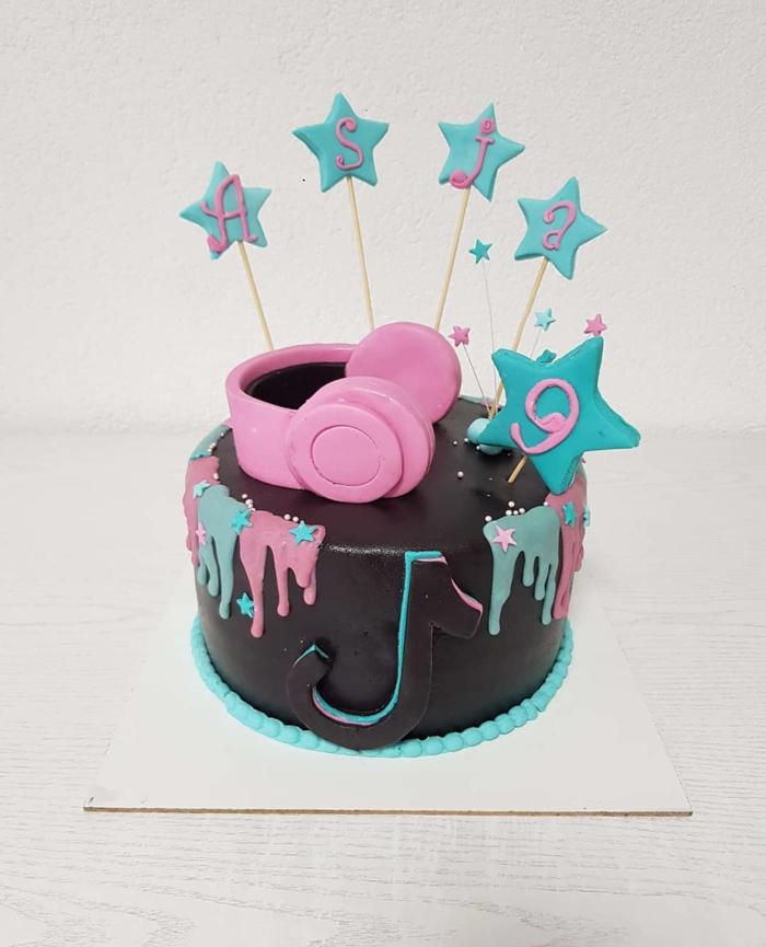blaue sterne dekoration schokoladentorte pinke kopfhörer deko kuchen zum geburtstag inspiration tiktok idee
