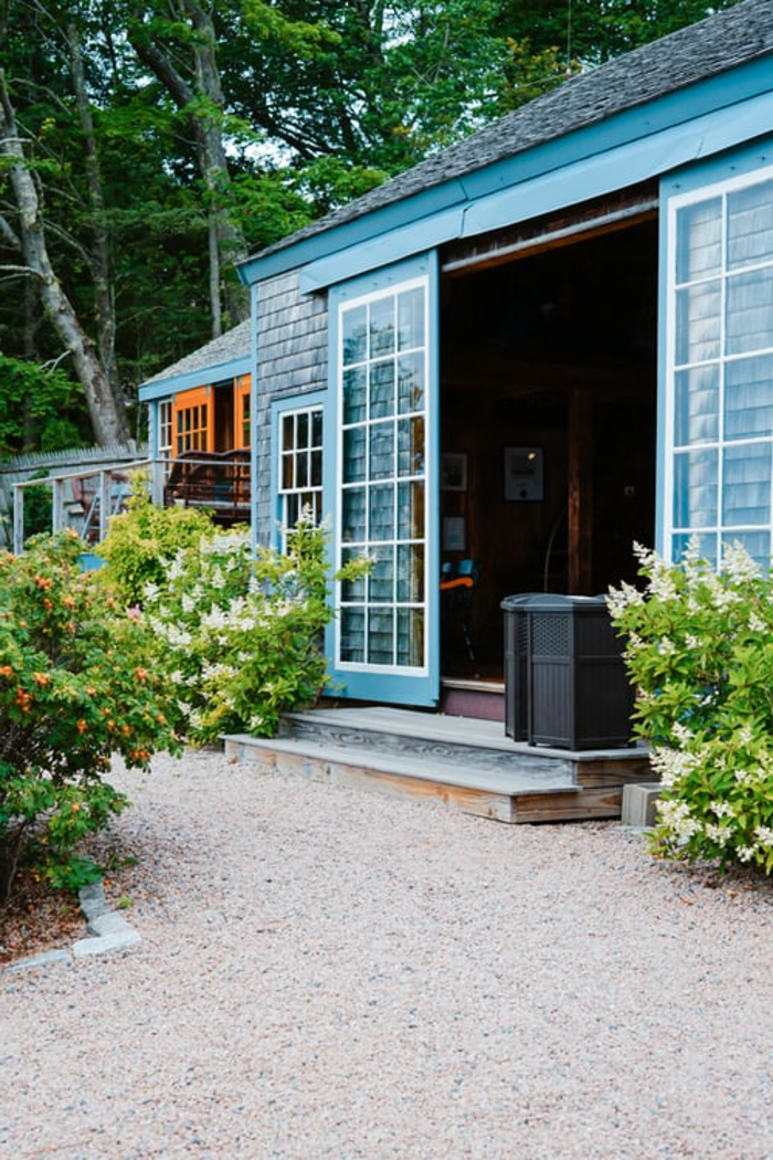 blaues haus schiebetür abschließbar terrasse grüne pflanze haus einrichten inspiration garten