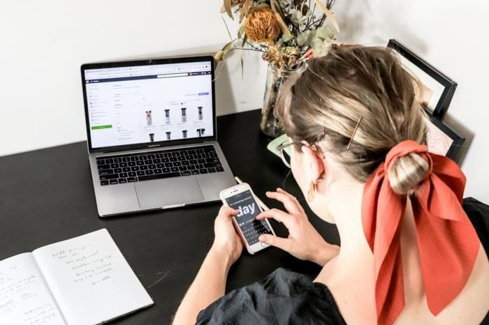blonde frau shoppt online digitale produkte online verkaufen e commerce information