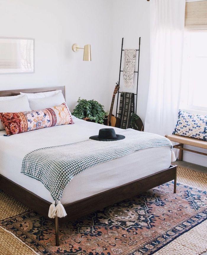boho deko boho schlafzimmer weiße bettwäsche bunte kisse schwarzer hut teppich