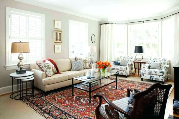 boho deko einrichtung boho style wohnzimmer großer persischer teppich in rot sofa in weiß große fenstern