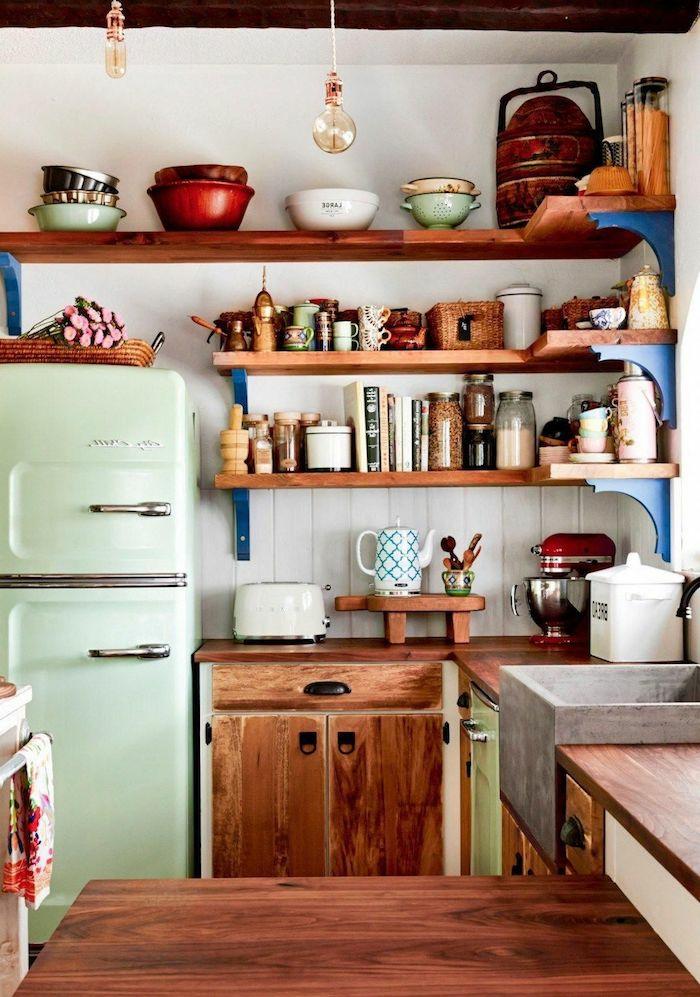 boho deko küche in retro style kühlschrank minzgrün holz regalen und schränke bunte deko