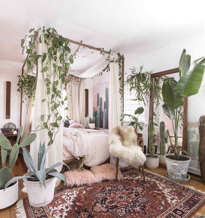 boho deko schlafzimmer bett boho bettwäsche viele pflanzen persischer teppich kleiner sessel