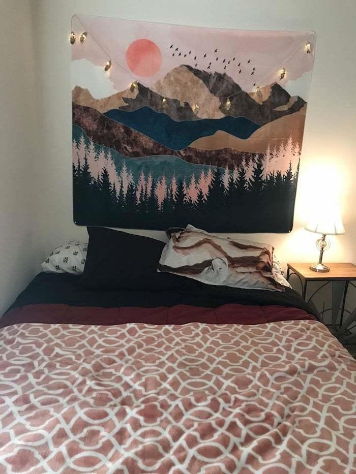 boho deko schlafzimmer boho bettwäsche rot schwarz weiß wandtuch gebirge
