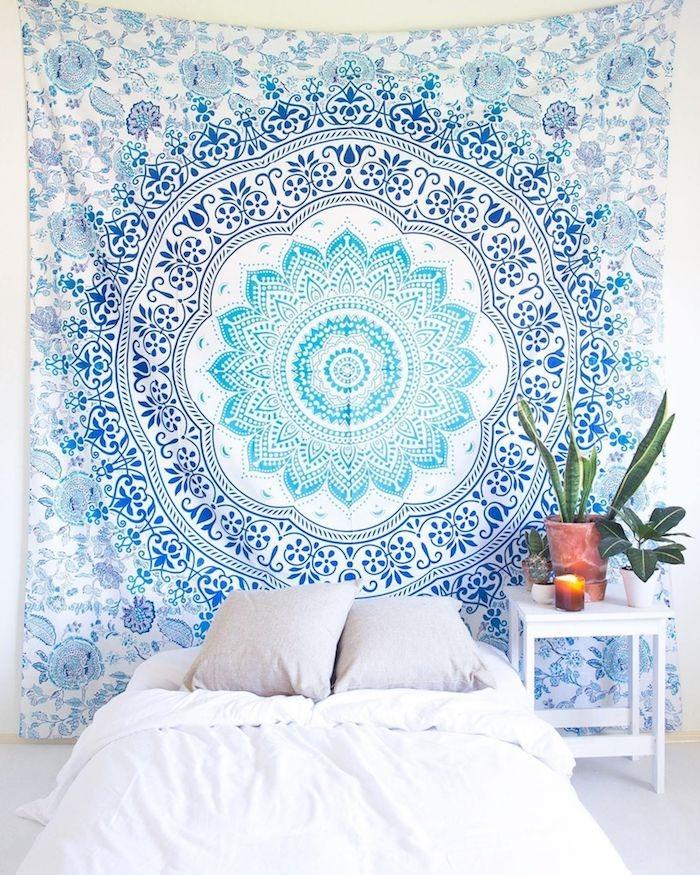 boho deko schlafzimmer weiße bettwäsche wandtuch hellblau mandala