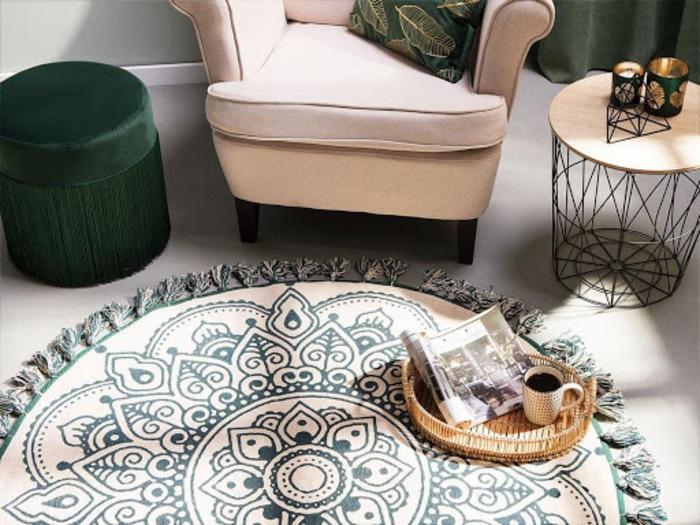 boho deko style wohnzimmer deko läufer rund weiß mandala deko sessel weiß schwarze möbel
