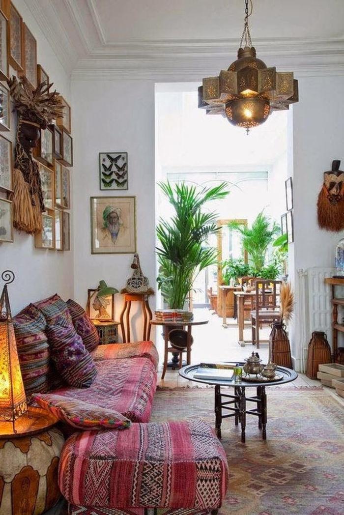 boho deko style wohnzimmer weiße wände sofa bunt marokkanische deko holz lampe