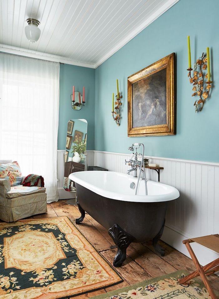 boho deko wohnen badenzimmer minzgrün weiß wände wanne gold blauer teppich