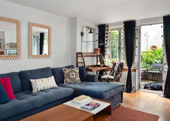 boho deko wohnzimmer boho wohnen einrichtung blaue sofa und gardinen holzmöbel terrasse weiße wände