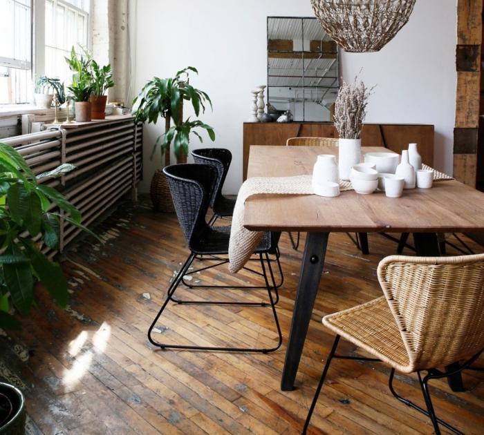 boho deko wohnzimmer großer tisch holz strostühle braun schwarz große pflanzen