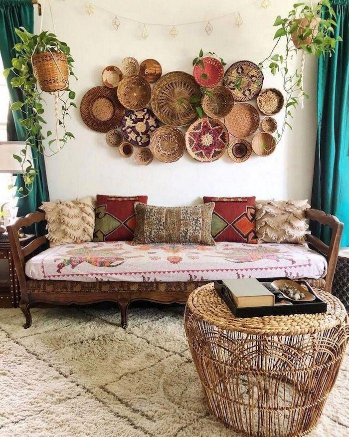 boho deko wohnzimmer holzsofa rot braun kissen stroh tisch afrikanische wanddeko teller