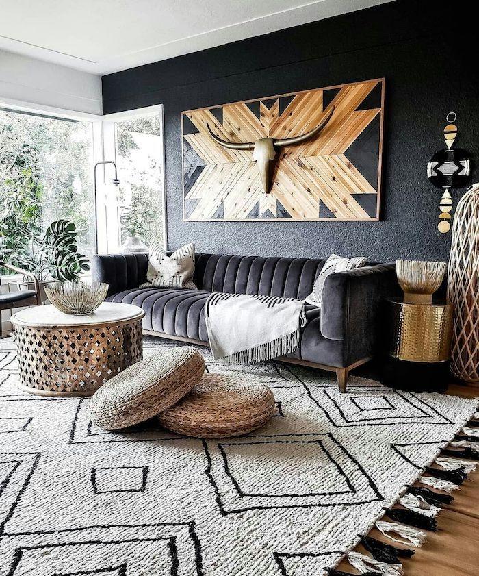 boho deko wohnzimmer schwarze wand schwarzes sofa kissen auf dem boden