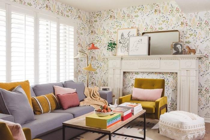 boho deko wohnzimmer sofa mit bunten kissen tapete blumen kamun deko