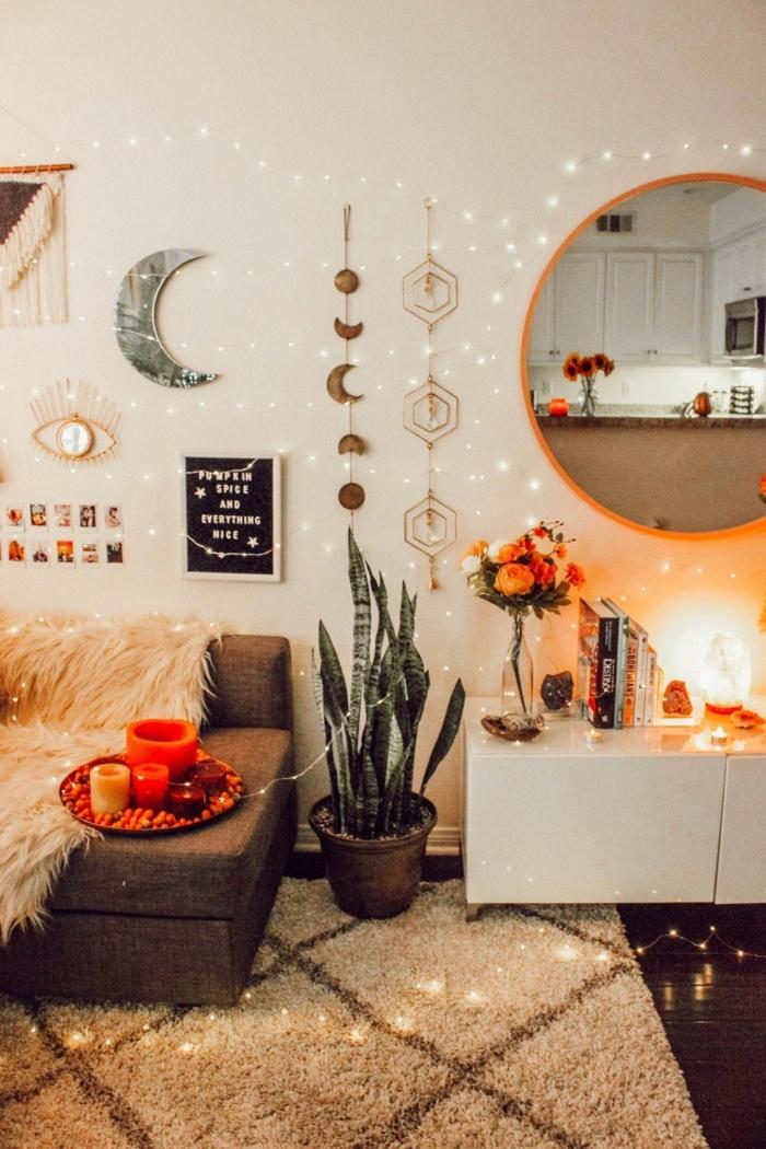 boho deko wohnzimmer teppich cremig sofa niedrig schrank weiß runder spiegel deko wand