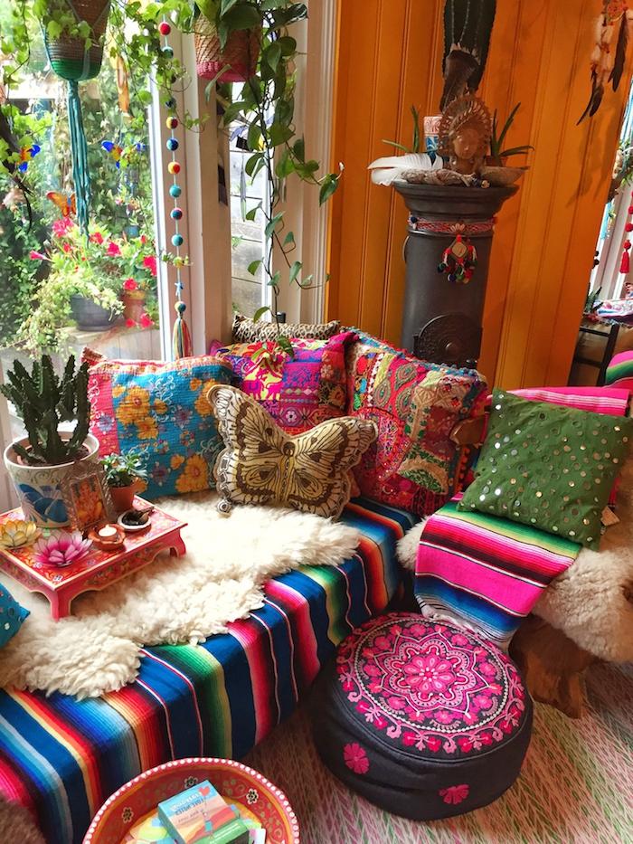 boho einrichtung wohnzimmer sofa kissen niedrig sehr bunt mexico