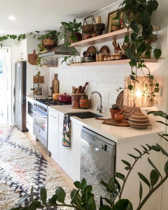 boho küche boho deko weiße schränke eingebaute geräte regale aus holz pflanzen