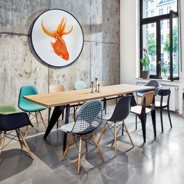 boho küche großer holztisch bunte stühle wand grau wanddeko rundes bild goldfisch