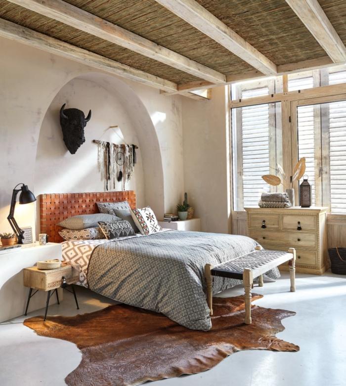 boho schlafzimmer boho bett grau weiße wände makramee bisonkopf