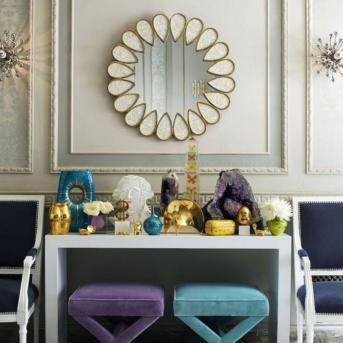 boho style arbeitszimmer tisch boho deko figuren in gold türkis amethyst spiegel mit goldenem rahmen