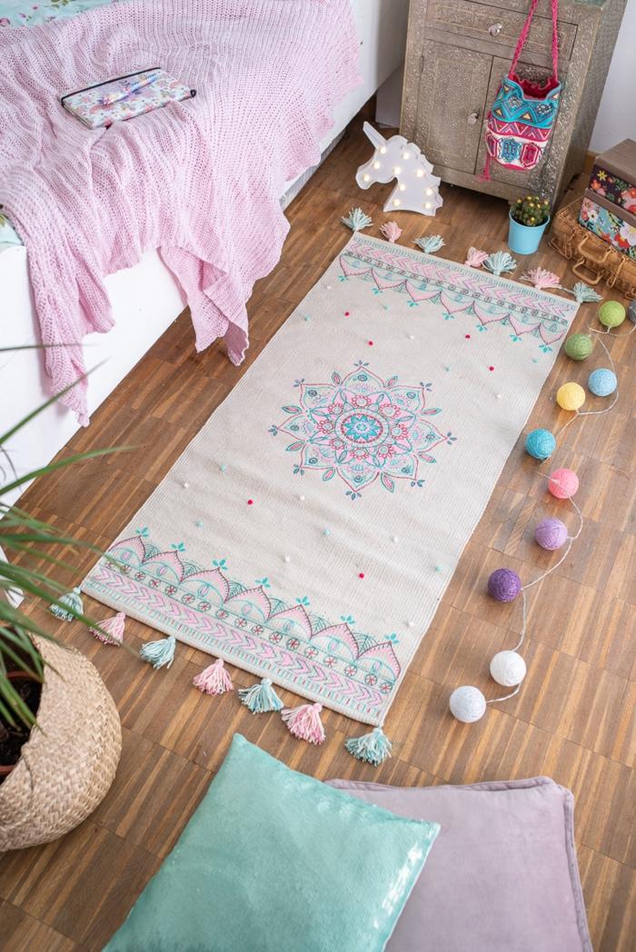 boho style deko kinderzimmer kleine decke mandala pompoms weiß holzboden