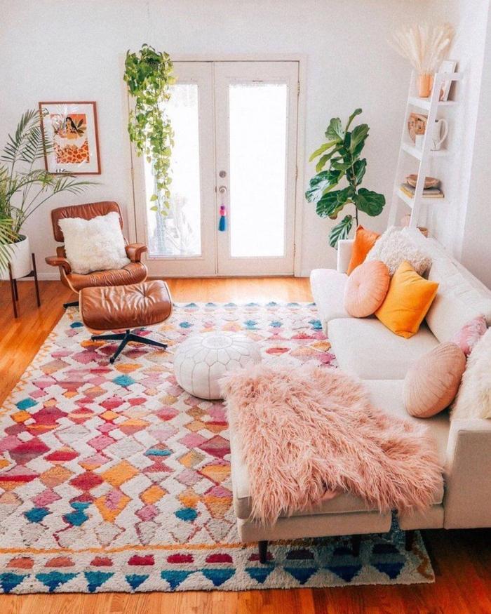 boho style deko wohnzimmer teppich weiß rot blau weißes sofa bunte kissen lederstuhl große pflanzen