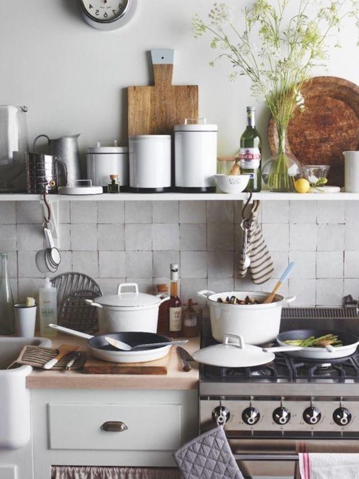 boho style küche weiße schränke und regalen backofen metal deko aus holz
