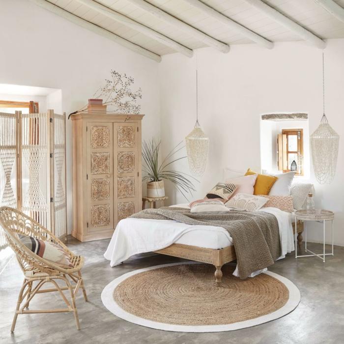 boho style schlafzimmer holz möbel läufer stroh stuhl weiße bettwäsche