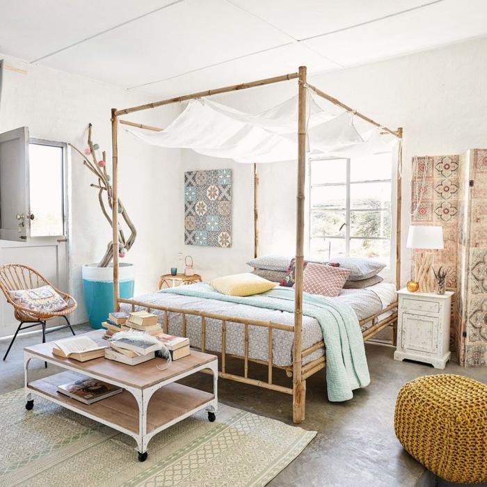 boho style schlafzimmer weiß holz himmelbett kleiner tisch