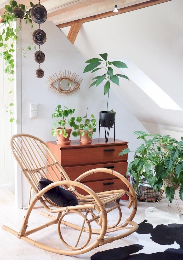 boho style wohnen schaukelstuhl holz pflanzen hängen teppich weiß schwarz sonnig