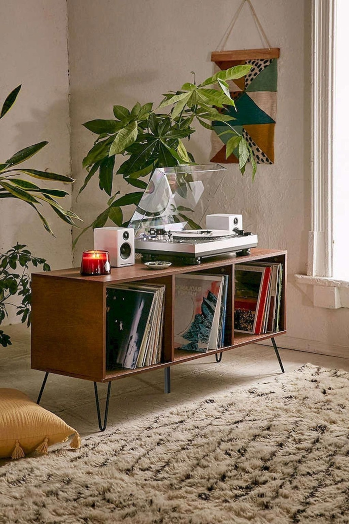 boho style wohnzimmer regal plattenspieler platten kerze pflanzen