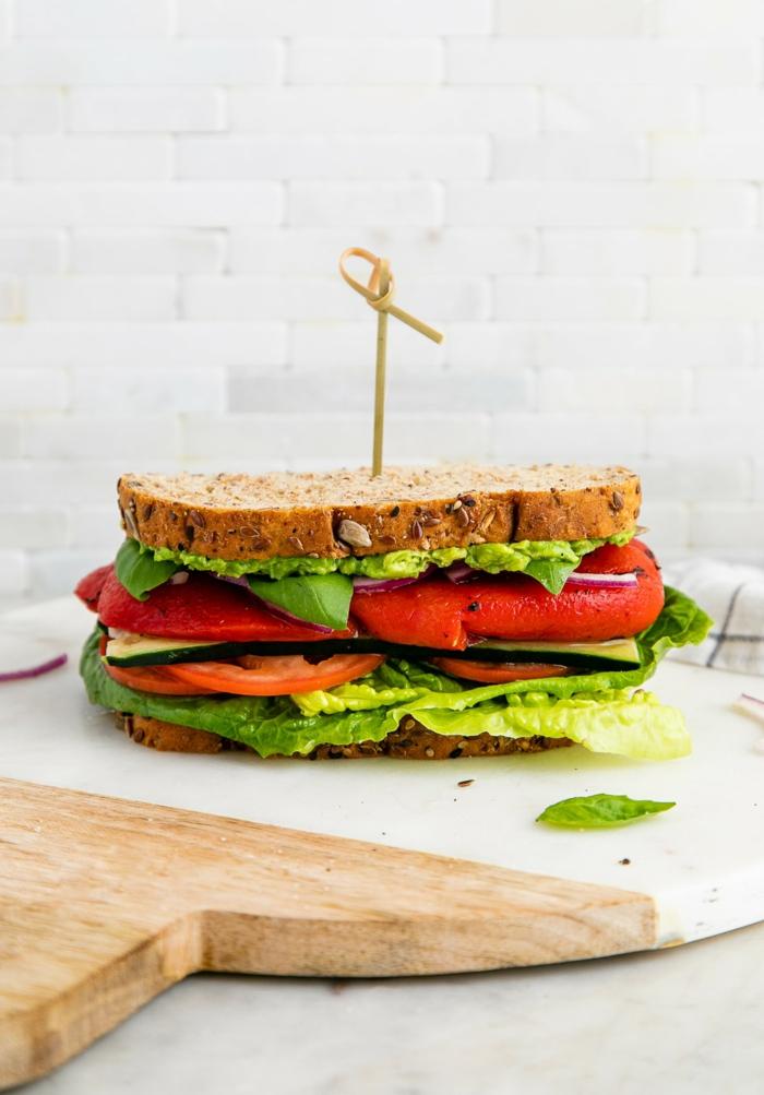 brett aus holz gesundes abendbrot ideen eine stulle mit tomaten und avocado