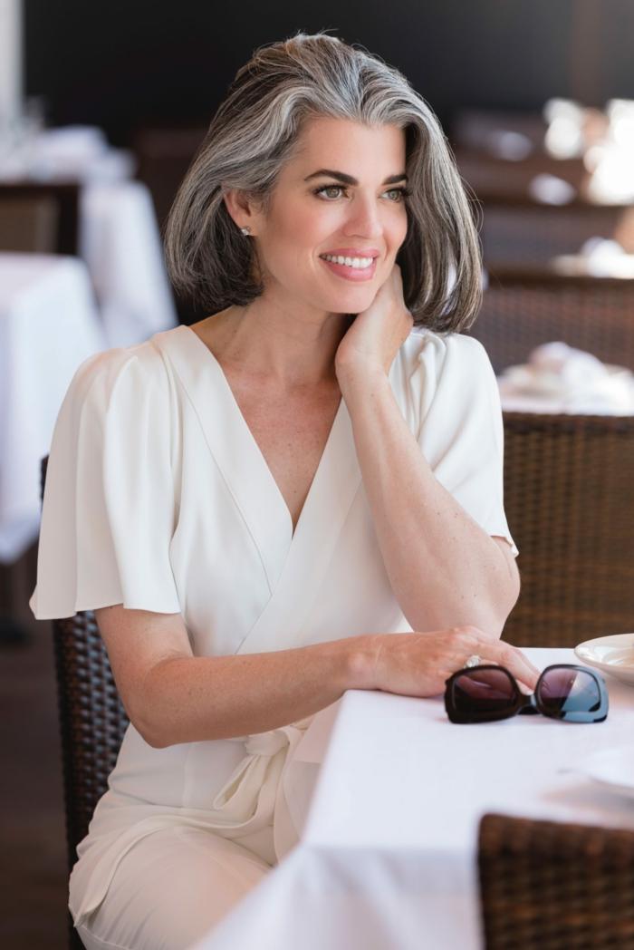 brille und eine frau mit einem kurzen haar frau mit grauen kleidern graue haare trend