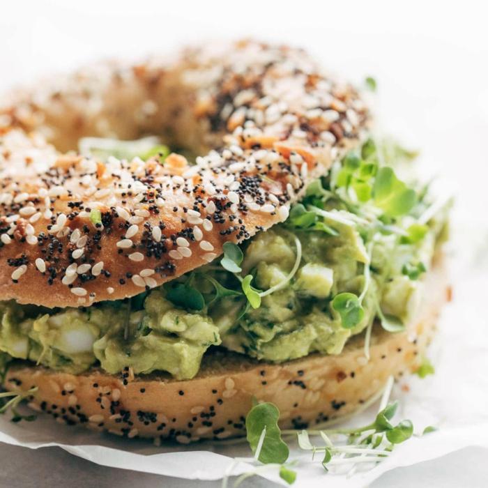 brot und avocado gesundes abendbrot ideen eine stulle mit avocado und gurken